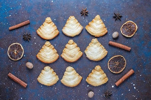 Kerstboomvormige bladerdeegkoekjes.