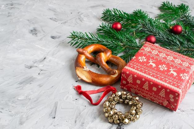 Kerstcadeau box decoratie natuurlijk decor nieuwjaar party concept vintage jingle bell krans fir tree branch