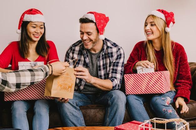 Kerstcadeau concept met drie vrienden