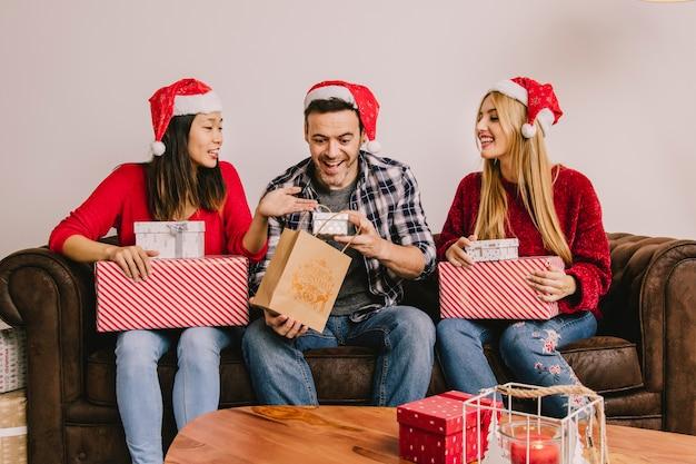 Kerstcadeau concept met vrienden van de groep van drie