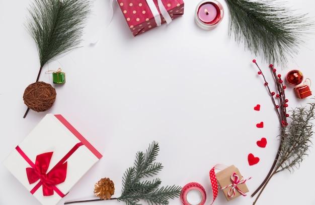 Kerstcadeau, dennenappels en dennentakken