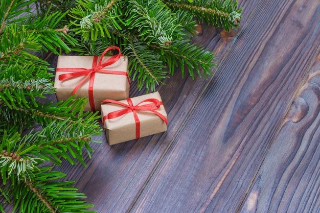 Kerstcadeau doos. kerstcadeautjes in rode vakken aan zwarte houten tafel. plat leggen met kopie ruimte