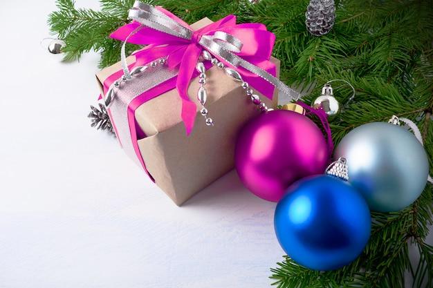 Kerstcadeau doos met roze en blauwe ornamenten