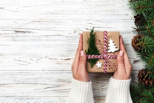 Kerstcadeau doos verpakt in gerecycled papier, met strik, met lint op rustieke vintage tafel. concept vakantie