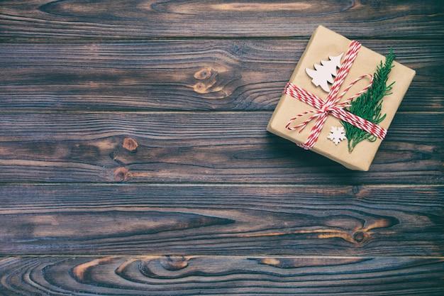 Kerstcadeau doos verpakt in gerecycled papier