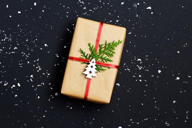 Kerstcadeau doos versierd met ambachtelijke papier en sneeuw