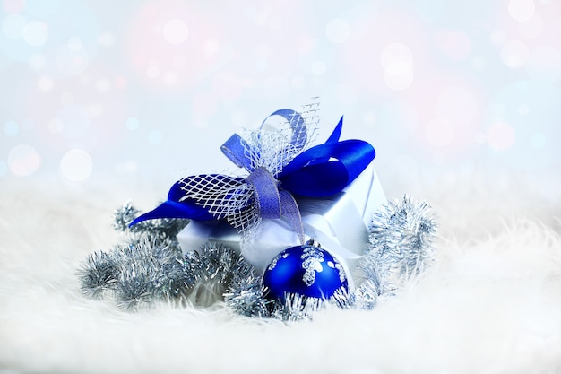 Kerstcadeau en blauwe ballen op witte achtergrond. foto met kopieerruimte