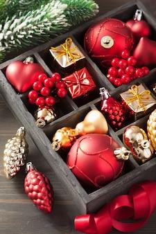 Kerstcadeau en decoratie in houten kist