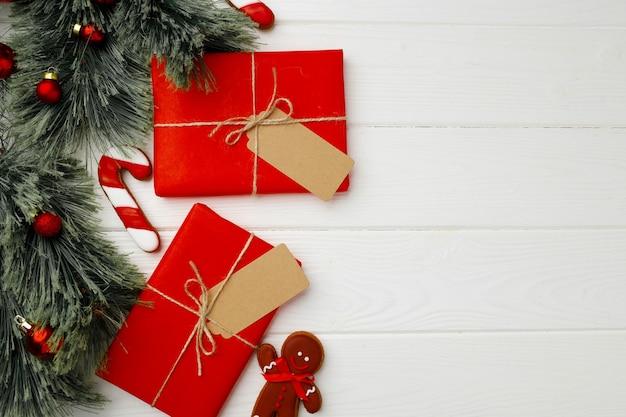 Kerstcadeau en feestelijke peperkoekkoekjes op houten achtergrond bovenaanzicht