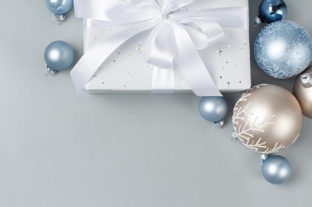 Kerstcadeau en kerstballen bovenaanzicht