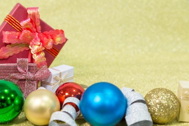 Kerstcadeau en kerstversiering op gloden achtergrond. chirstmas fastival conce