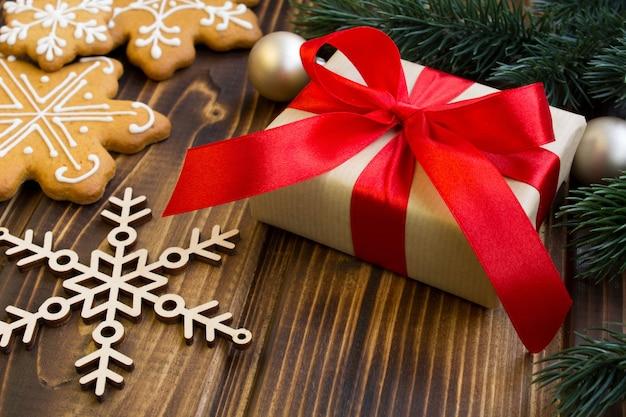 Kerstcadeau en koekjes op de houten achtergrond
