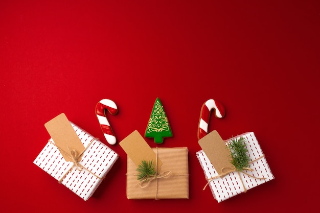 Kerstcadeau en peperkoekkoekjes op rode achtergrond