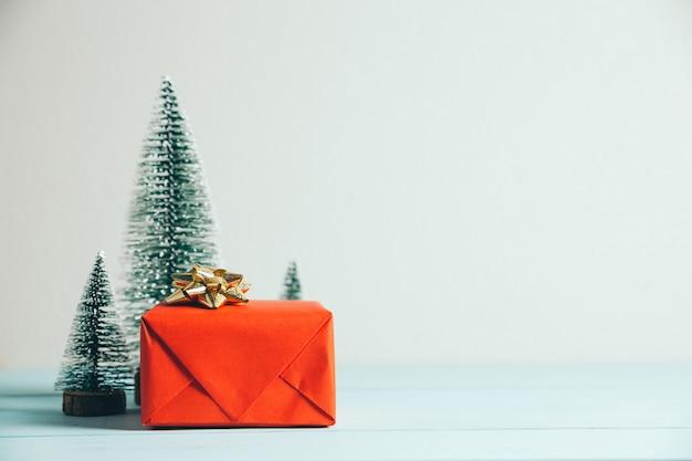 Kerstcadeau en pijnboom. vrolijk kerstfeest en een gelukkig nieuwjaarsconcept.
