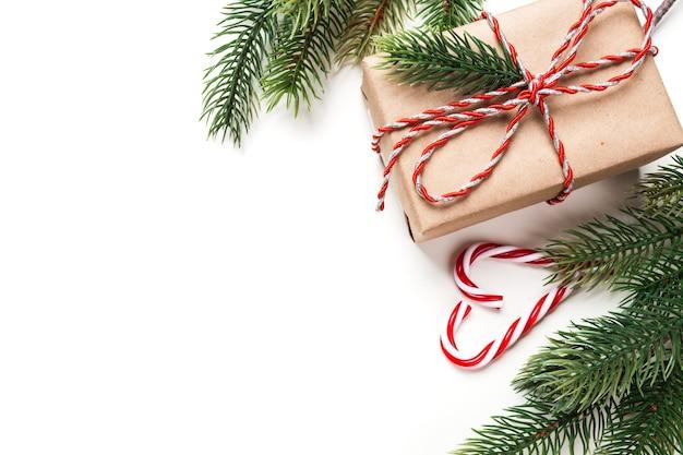 Kerstcadeau en snoep op de witte tafel
