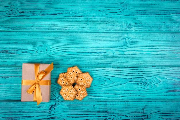 Kerstcadeau en zelfgemaakte koekjes in de vorm van sneeuwvlokken