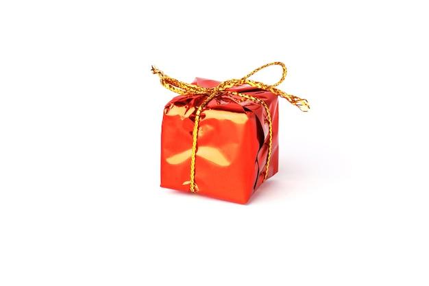 Kerstcadeau geïsoleerd op een witte achtergrond. rode doos