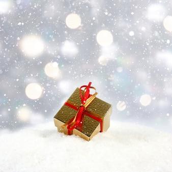 Kerstcadeau genesteld in de sneeuw