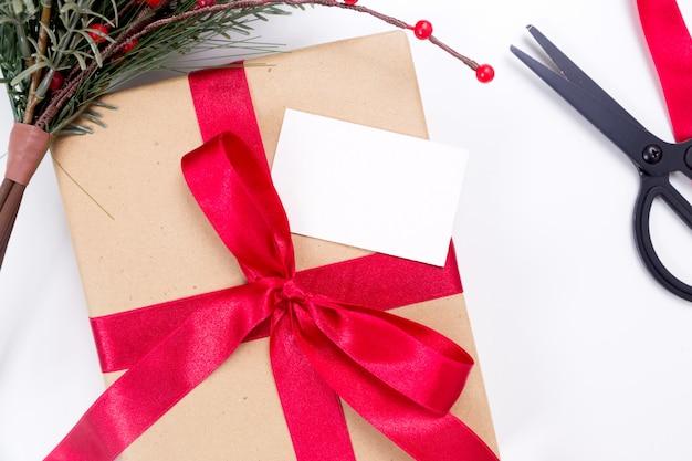 Kerstcadeau in ambachtelijk papier met kaart