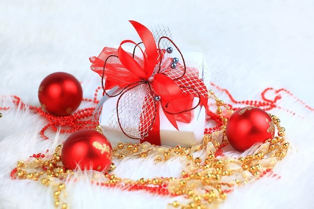 Kerstcadeau in een mooie verpakking op de achtergrond van kerstversiering Premium Foto