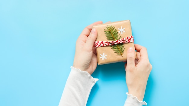 Kerstcadeau in handen van de vrouw