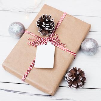 Kerstcadeau met bijgevoegde blanco kaart