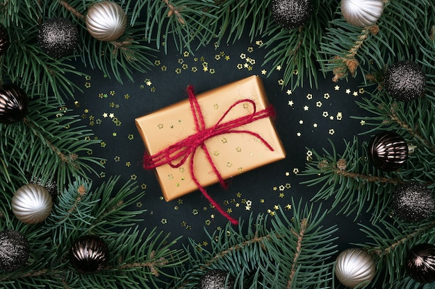 Kerstcadeau met fir tree takken en decoraties, plat leggen