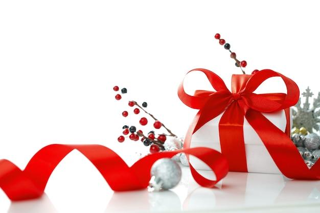 Kerstcadeau met rode ballen boog en tak firtree