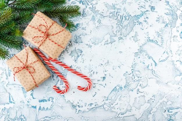 Kerstcadeau met snoep stokken