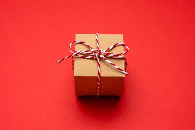 Kerstcadeau op een gekleurde rode achtergrond.