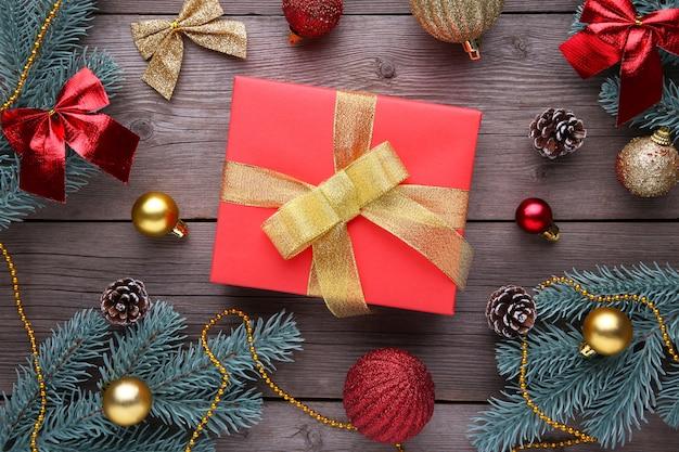 Kerstcadeau presenteert met decoraties op een grijze achtergrond