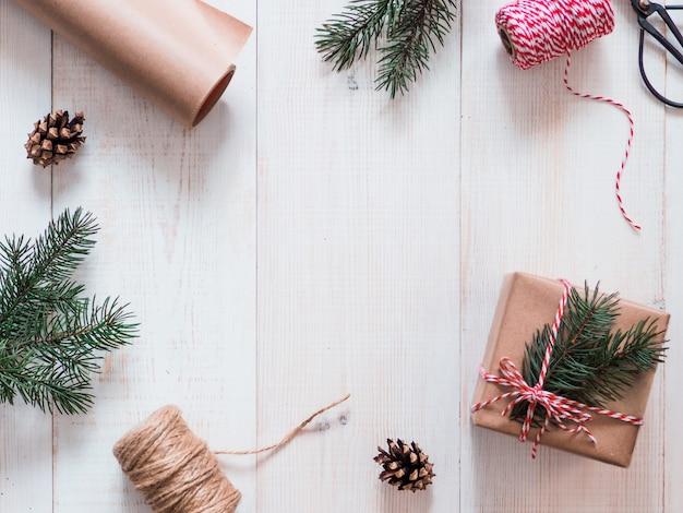 Kerstcadeau verpakking achtergrond, kopie ruimte voor tekst of ontwerp in het midden. winter vakantie concept