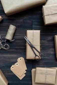 Kerstcadeau verpakt in ambachtelijk papier met roestige schaar en etiketten