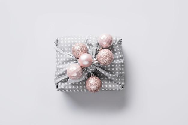 Kerstcadeau versierd met zilveren ballen