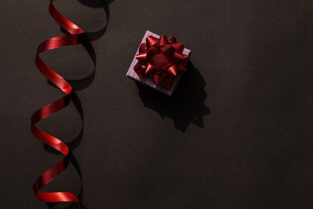 Kerstcadeaudoos met een rode strik welk cadeau je op vakantie wilt hebben tweede kerstdag thema