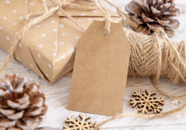 Kerstcadeaudoos met lege cadeaulabel close-up, mockup