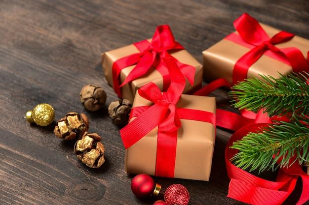 Kerstcadeaupapier. gouden beige papier en rode strik