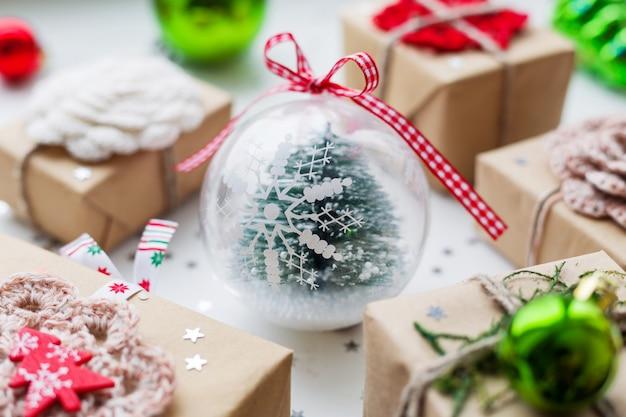 Kerstcadeaus, decoraties en transparante decoratieve bal fir tree binnen.