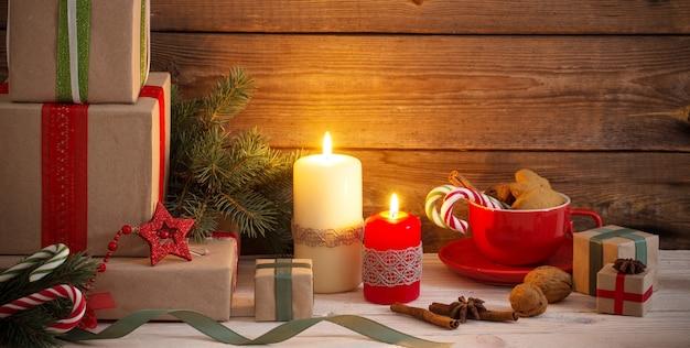 Kerstcadeaus en decoraties op oude houten achtergrond