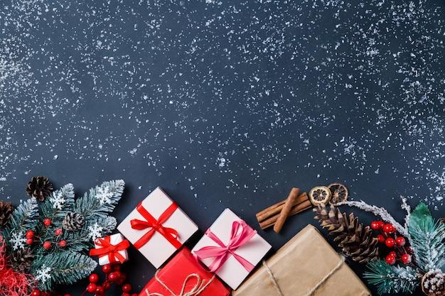 Kerstcadeaus en decoraties op tafel