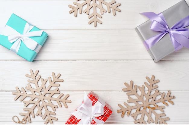 Kerstcadeaus en decoraties op wit houten bord