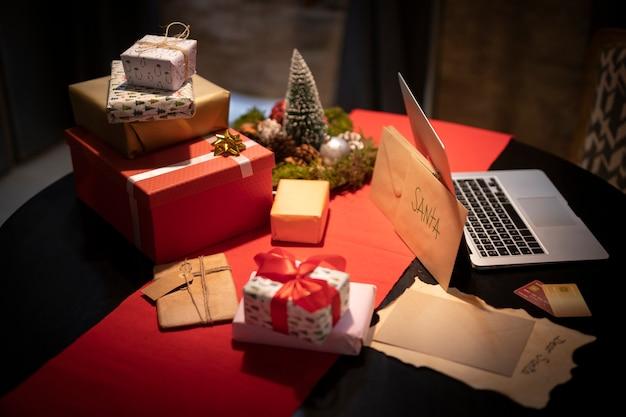 Kerstcadeaus en geschenken op tafel