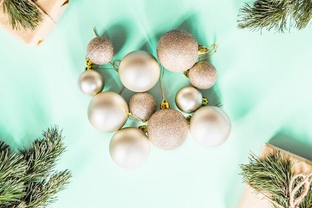 Kerstcadeaus en gouden kerstballen op groen