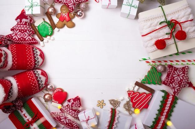 Kerstcadeaus en mooie dingen zijn gerangschikt in een cirkel op een witte achtergrond.