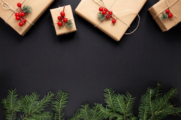 Kerstcadeaus en pijnboomtakken met kopie ruimte