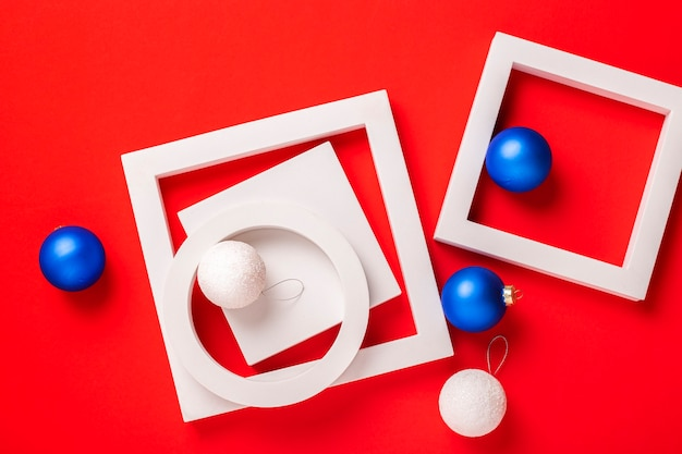 Kerstcadeaus en speelgoed op een rode achtergrond. bovenaanzicht, plat gelegd.