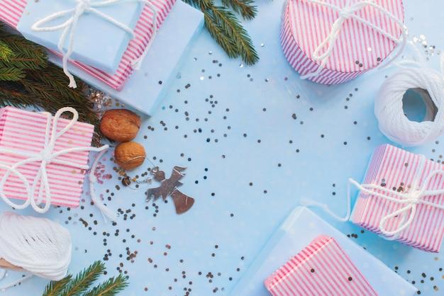 Kerstcadeaus. feestelijke roze doos blauwe achtergrond