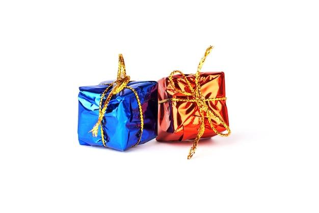 Kerstcadeaus geïsoleerd op een witte achtergrond. twee dozen