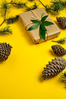 Kerstcadeaus handgemaakt van knutselpapier en vastgebonden met touw