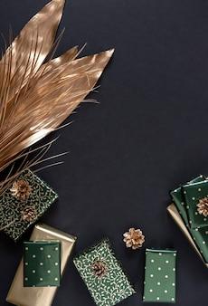 Kerstcadeaus in goud en groen papier